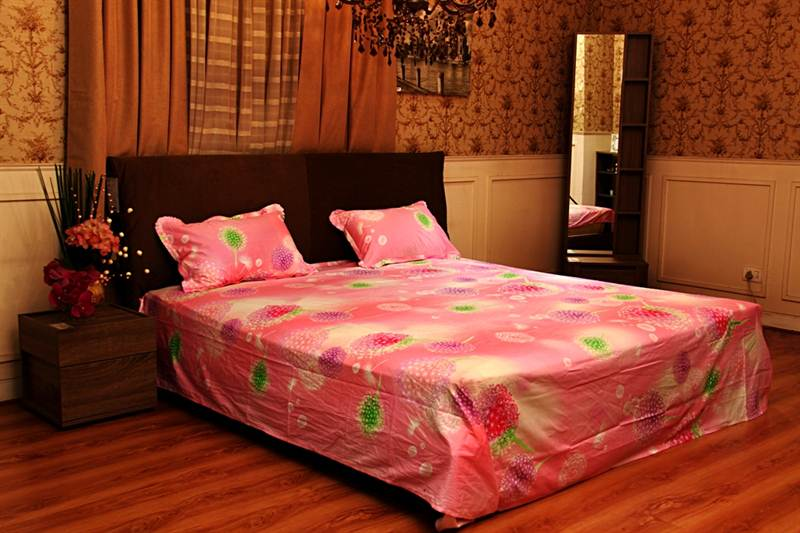 Flower Printed Bed Sheet in Pink Color-King Size